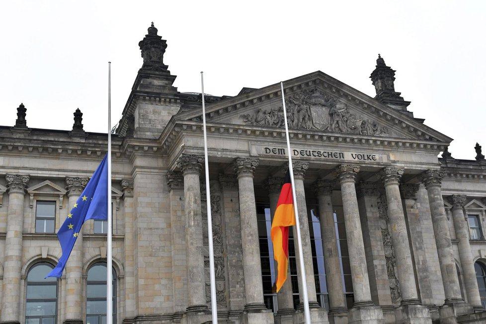 Vlajky na půl žerdi visí také před budovou Říšského sněmu
