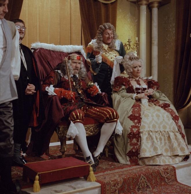 Petr Nárožný a Jiřina Bohdalová jako král a královna v pohádce Co takhle svatba, princi?. Královnu zpívala Jitka Zelenková.