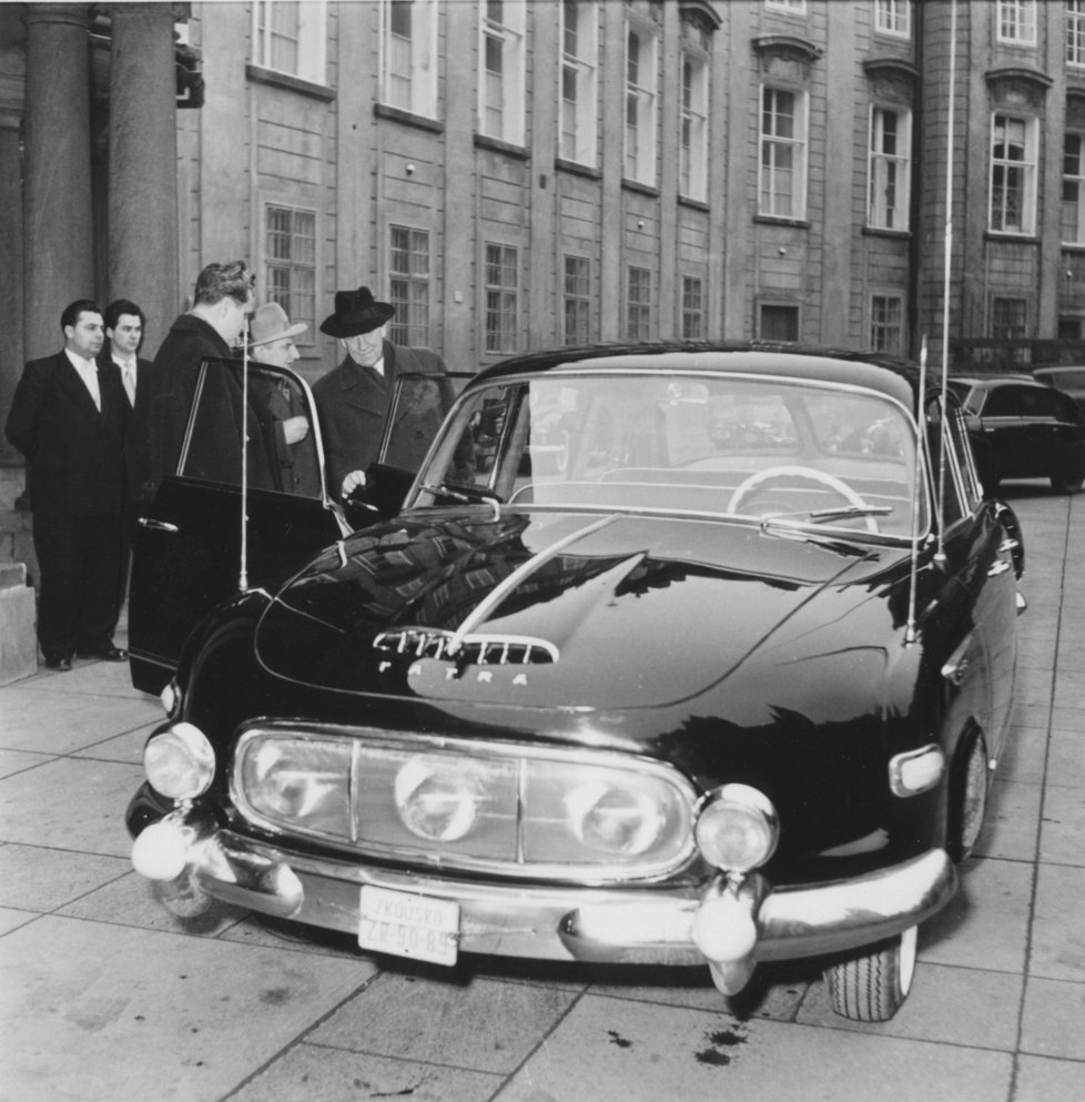 """Tatra 603 sloužila vysokým stranickým představitelům. Možná i proto se jí říkalo žertem jednoválec, neboť se """"vzadu vždycky válel jen jeden"""". V modelu T603 se ale občas objevil i Ludvík Svoboda nebo Antonín Novotný."""