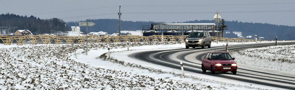 Rozbředlý sníh je nelepší varianta, se kterou se řidiči mohou setkat. Na řadě míst ale leží vrstva uježděného sněhu s posypem.