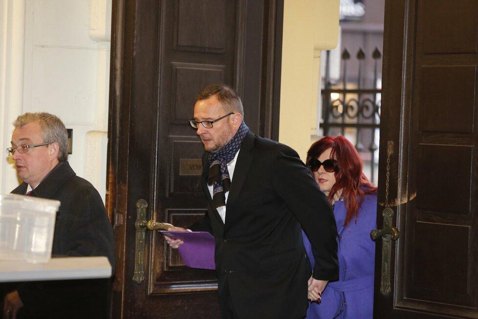 Expremiér Petr Nečas a jeho manželka Jana Nečasová u Městského soudu v Praze kvůli verdiktu v kauze utajovaných informací BIS (10. 1. 2017)