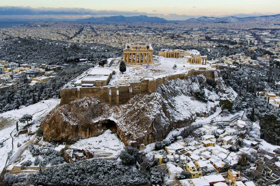 Sníh zasypal také athénskou Akropoli.