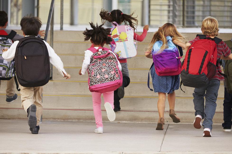 Těžké batohy mají tendenci člověka zaklánět. Často se to týká dětí.