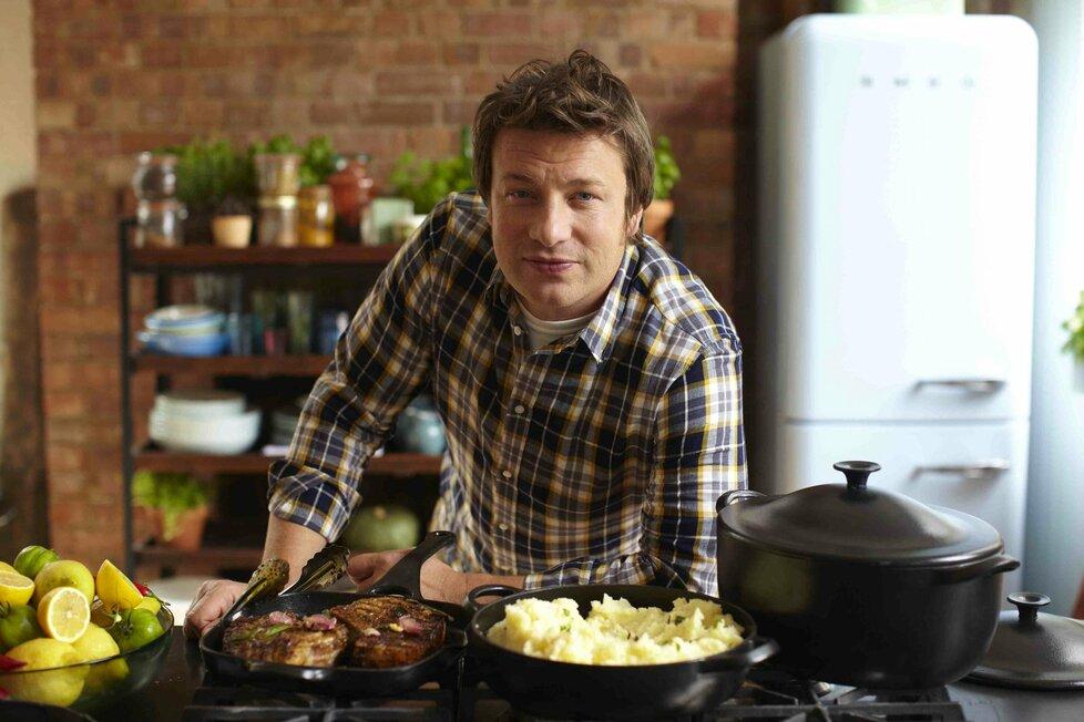 Jamie Oliver učí už roky jíst celý svět. V Americe ho fascinovalo, že děti ve školách jedí pouze lžící a třeba si myslí, že párky se vyrábějí z orobince.