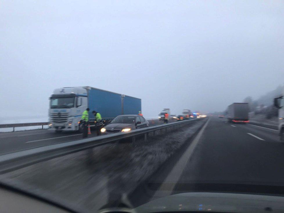 Na dálnici D5 se v ranních hodinách vybourala hned čtyři auta.