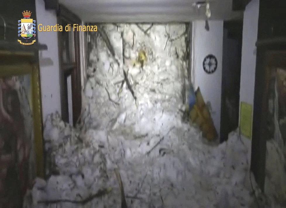 Italský hotel zasypala lavina. Pohřešuje se na 30 lidí.