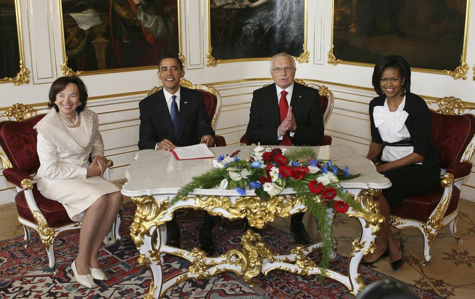 Barack Obama na Pražském hradě: S Václavem Klausem a manželkami v dubnu 2009