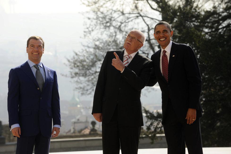 Barack Obama při své druhé návštěvě Prahy jednal v roce 2010 s Dmitrijem Medveděvem. Oba prezidenty přivítal Václav Klaus.