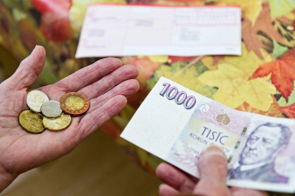 Senát navrhuje přidání 1000 korun k penzi seniorům, kteří důchod čerpají 25 a více let.