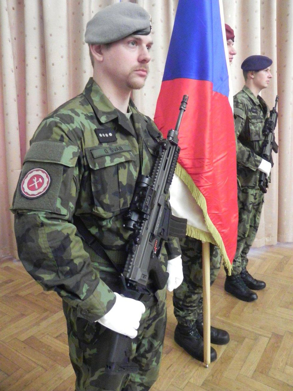 Absolventi kurzu coby noví členové aktivních armádních záĺoh dne spřísahali věrnost České republice