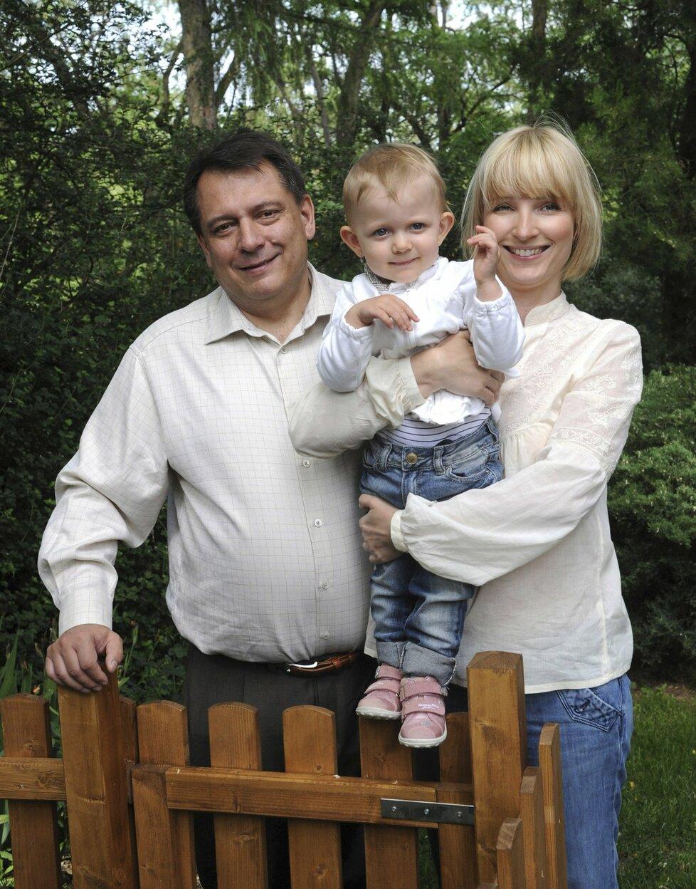 Červen 2011: Šťastná rodina. Tehdy působili Paroubkovi jako šťastná rodina, Jiří zahradničil a Petra ho vedla ke zdravému životnímu stylu.