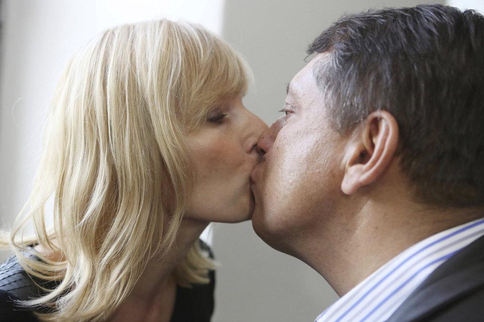 Září 2013: Pusa u soudu. Ještě vřelá pusa padla u soudu s Davidem Rathem, jemuž přišli Paroubkovi vyjádřit podporu