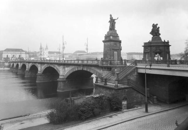 Palackého most s mýtnými domky a sousoším roku 1936
