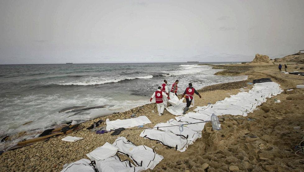Moře vyplavilo na libyjské pobřeží těla utonulých uprchlíků.