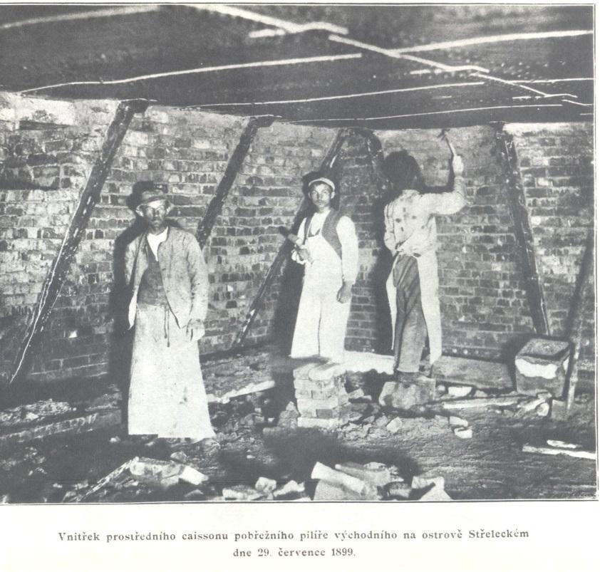 Ukázka pracovní čety uvnitř kesonu, 29. července 1899.