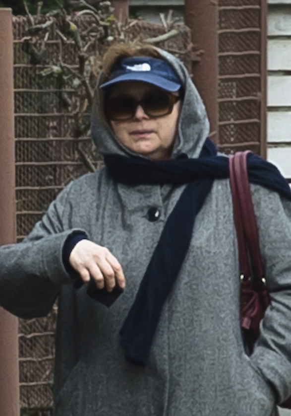 Libuše Šafránková na ulici před domem.