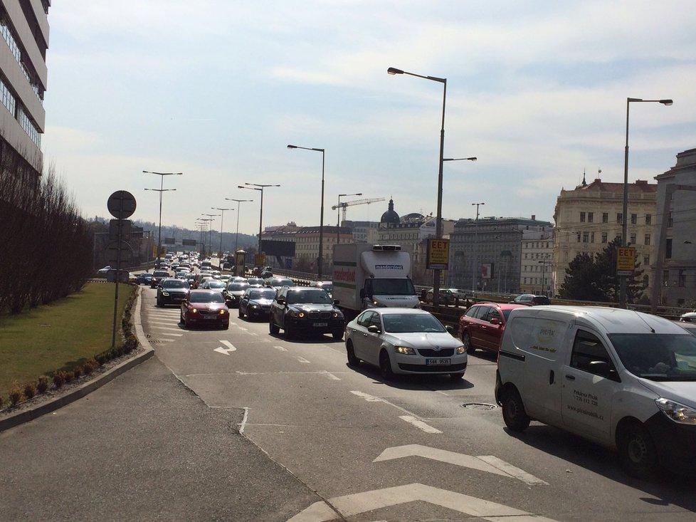 Řidiči musejí na magistrále počítat s dočasným dopravním omezením.
