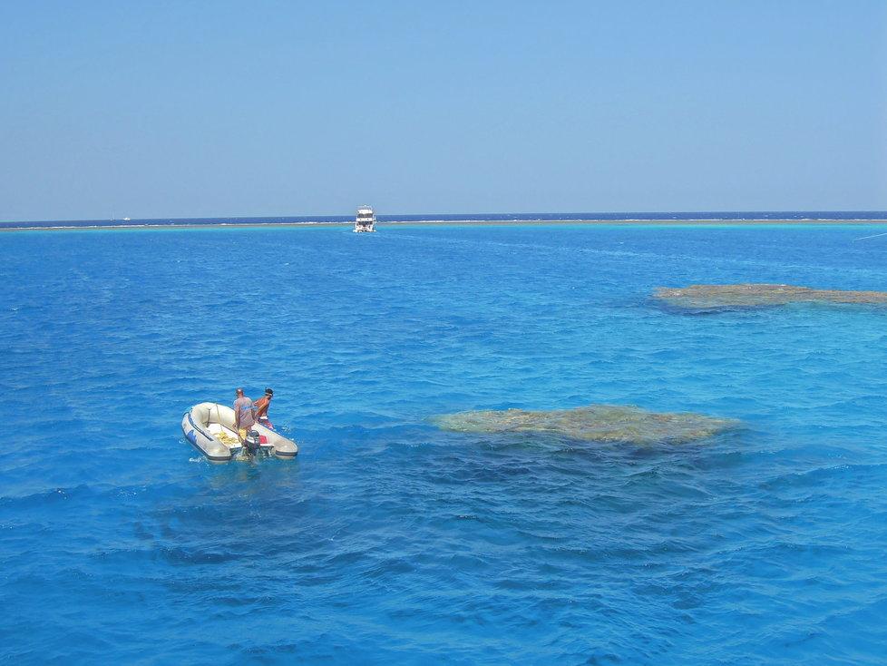 Na známých lokalitách loď zaparkuje a k útesu vás doveze člun.