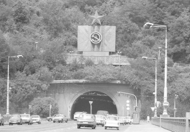 Vjezd do Letenského tunelu ze Švermova mostu s komunistickými symboly, rok 1983