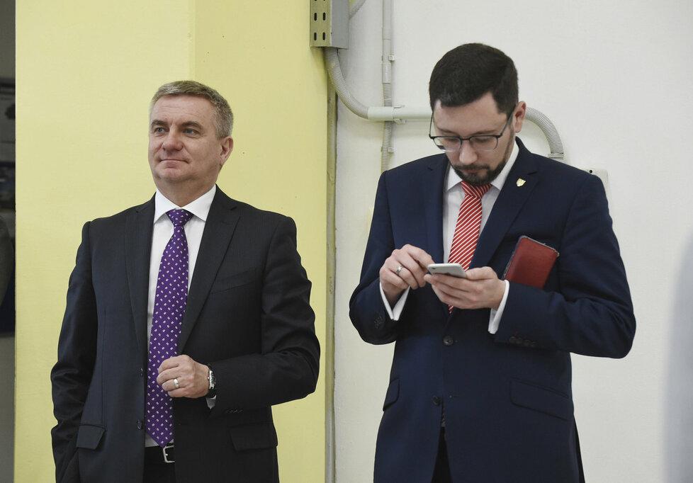 Zemanův kancléř Vratislav Mynář a hradní mluvčí Jiří Ovčáček