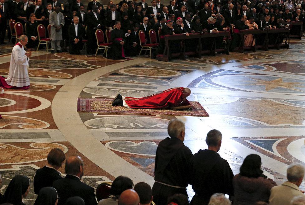 Papež František během mše na Velký pátek ve svatopetrské bazilice