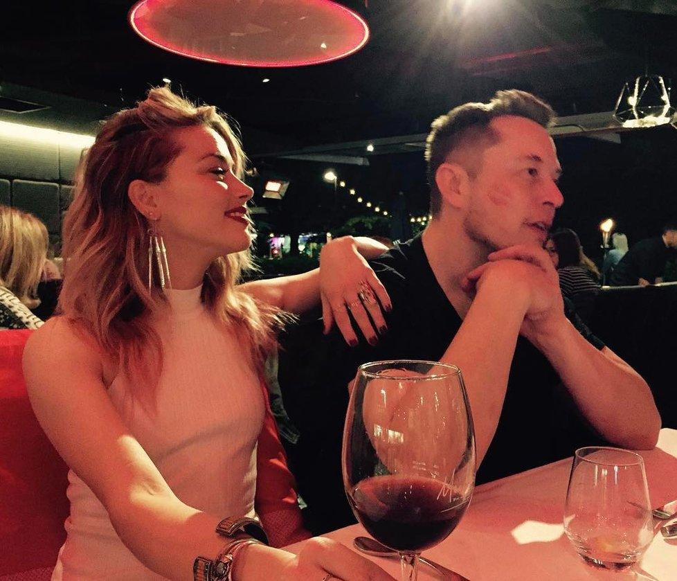 Amber Heard veřejně randí s Elonem Muskem.