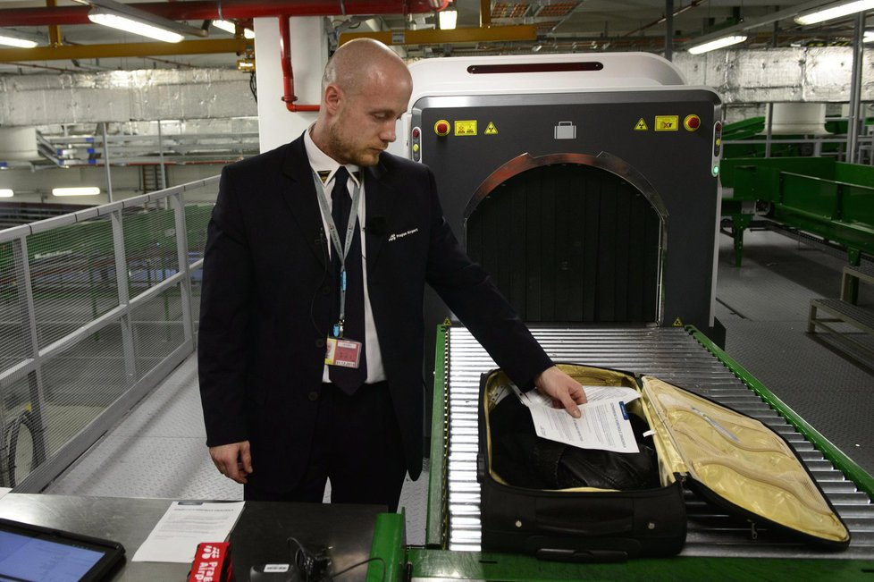 Kontrola zavazadla na letišti