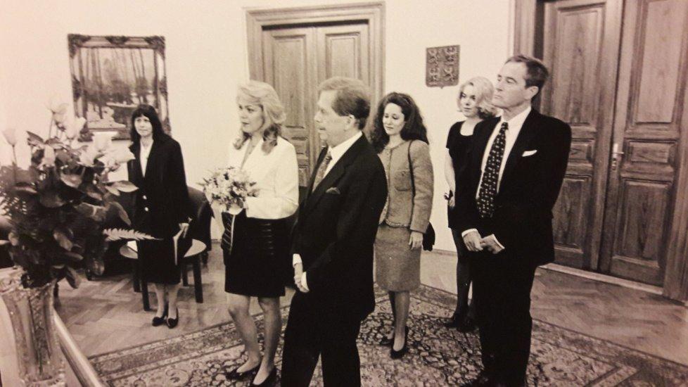 Starosta Tomáš Mikeska pronáší ve své kanceláři projev. Za snoubenci stojí svědci Jan Tříska s Táňou Fischerovou a Nina Veškrnová.