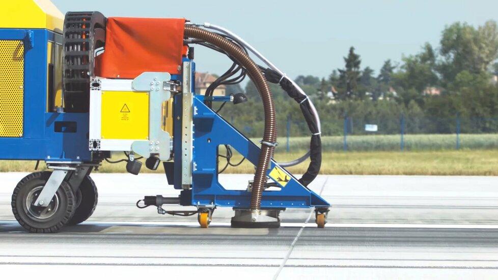 K odstraňování zbytků gumy na dráze se používá speciální technika.