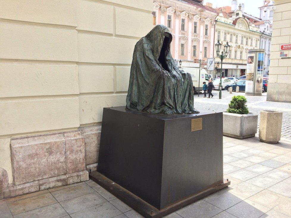Plášť svědomí u Stavovského divadla: Socha připomíná postavy ze světa fantasy.
