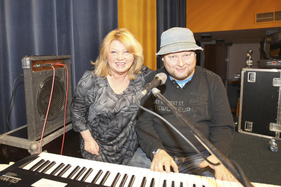 Věra Špinarová se synem vystupovala v jeho kapele Adam Pavlík band.