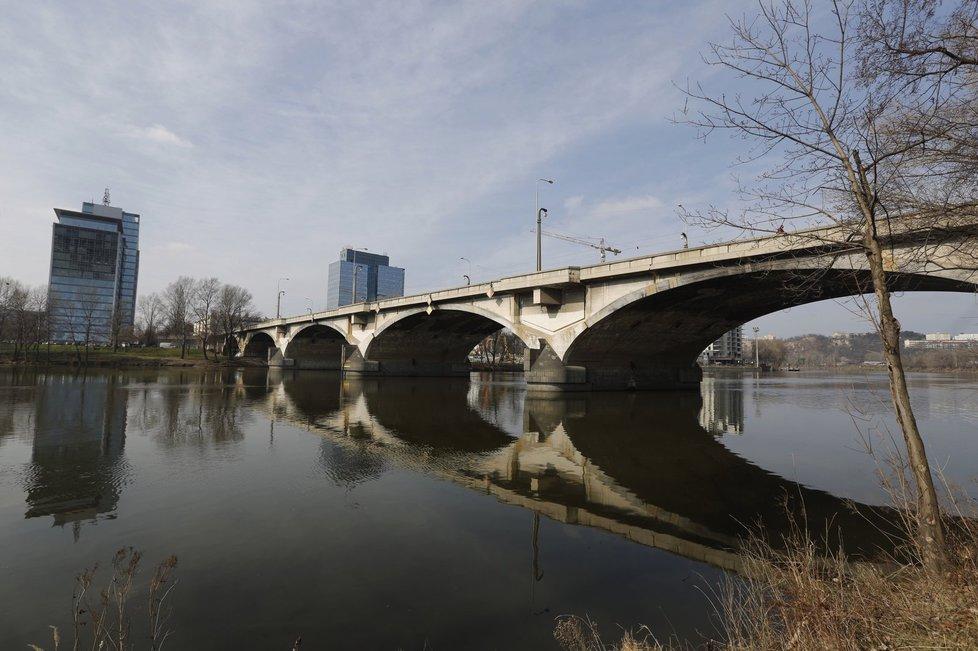 Libeňský most netrpělivě čeká, až ho opraví.