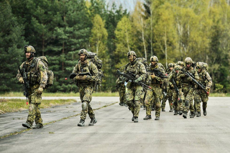 Čeští vojáci dostávají příplatek k platu v závislosti na náročnosti a nebezpečnosti mise.