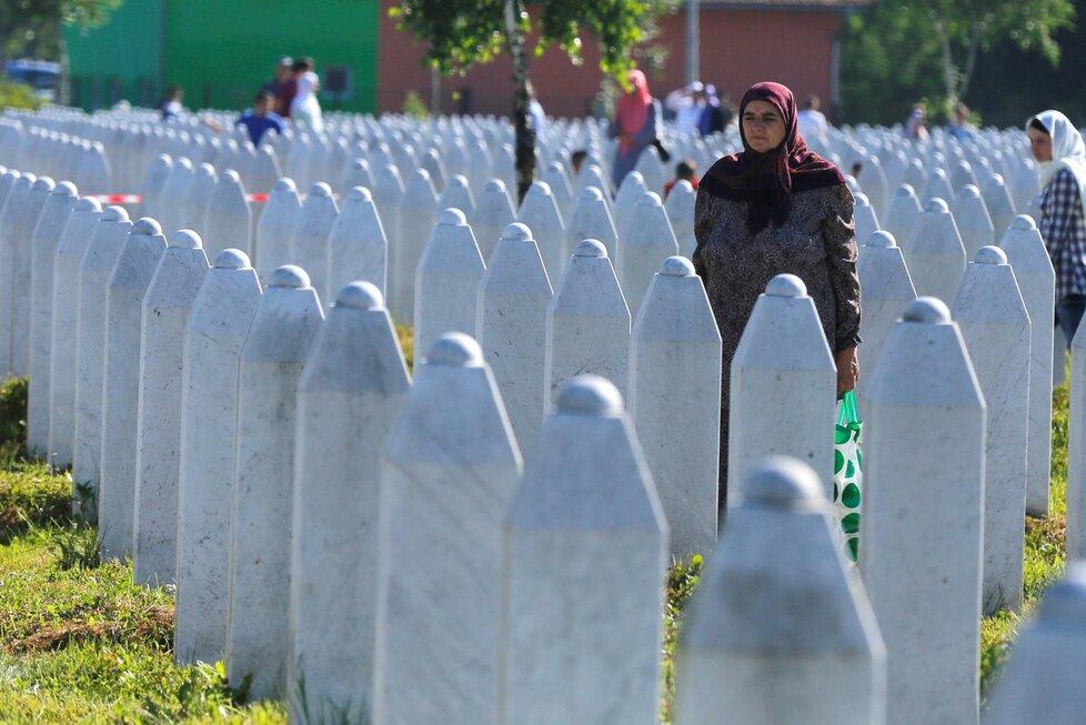 Smutné vzpomínky na masakr v Srebrenici: Identifikace dalších obětí a jejich pohřeb.