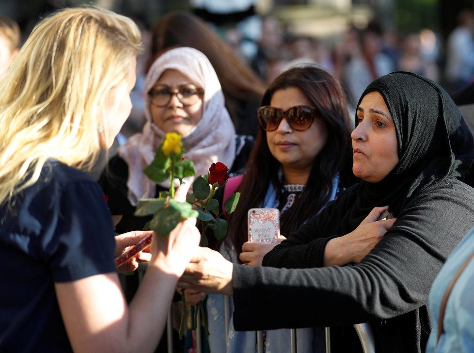 Lidé nosí květiny, svíčky a vzkazy pro oběti teroristického útoku