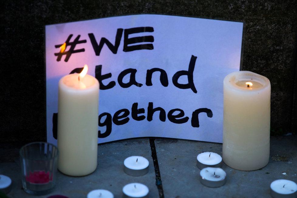 Manchester smutní za oběti teroru.