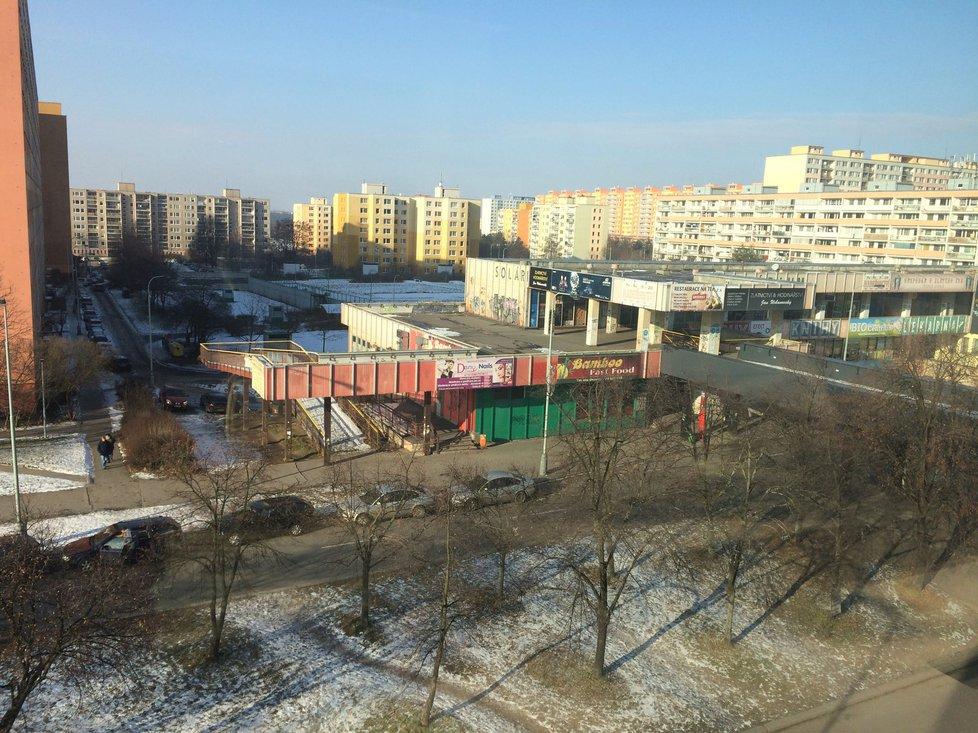 Pokračování Lodžské ulice v Bohnicích směrem k sídlišti