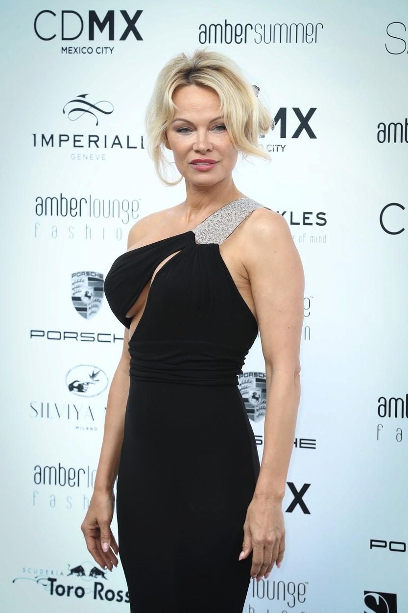 Pamela Anderson si na Formula 1's Amber modní show vzala svůdné černé šaty. Své vnady ale musela hlídat o sto šest, aby jí někde nevykouklo něco, co by nemělo.