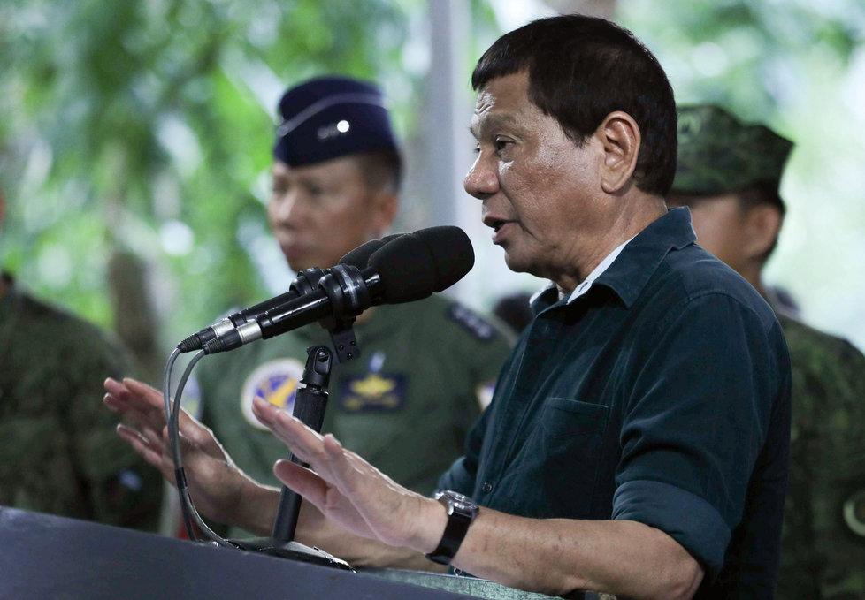 """""""Když znásilníte tři ženy, vezmu to na sebe,"""" vtipkoval filipínský prezident před vojáky"""