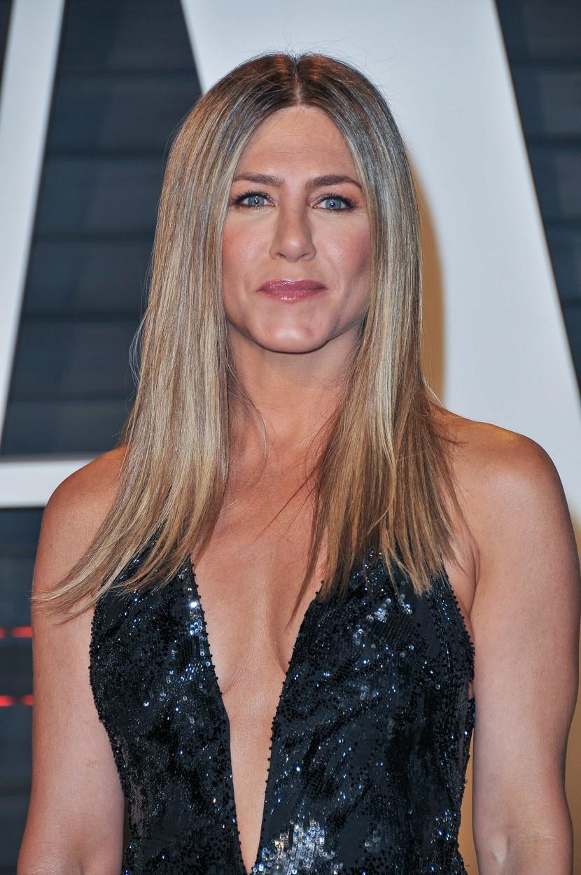 Jennifer Aniston (48) na Oscarech 2017. Dlouhé vlasy má jemně sestříhané. Hodí se pro oválný i čtvercový obličej. Slušet bude i vám, které máte obličej ve tvaru srdce.