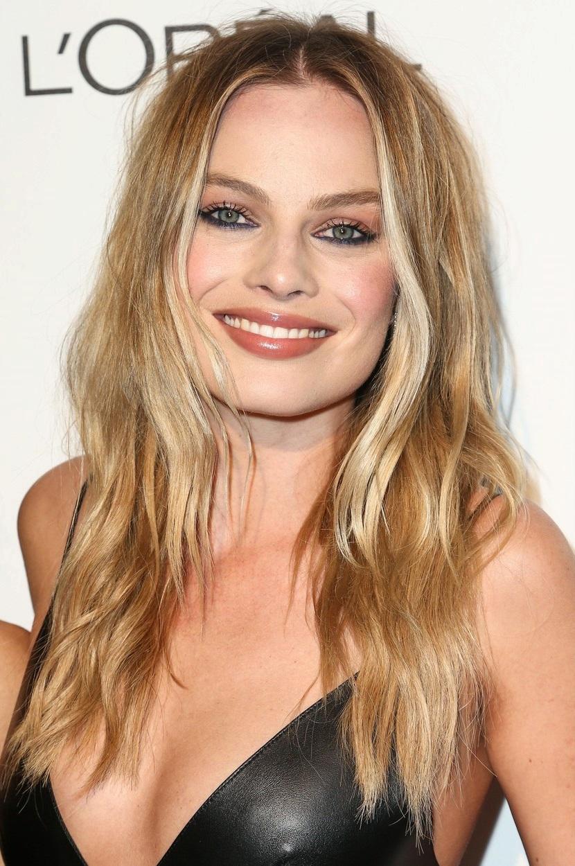 Margot Robbie (26) nosí vlasy dlouhé, ale výrazněji sestříhané, oproti Jennifer. Tento účes se hodí pro kulatý obličej, protože ho opticky protáhne.
