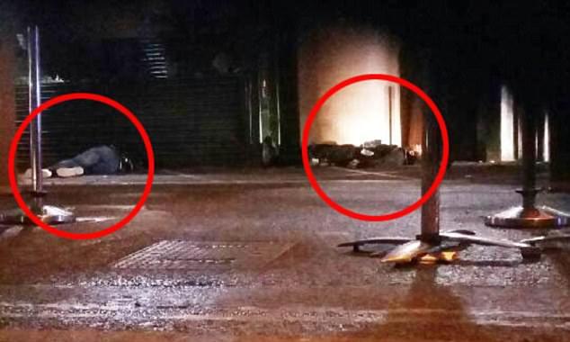 Fotografie zachycuje další dvě těla opásaná kanystry. Podle policie šlo o atrapy.