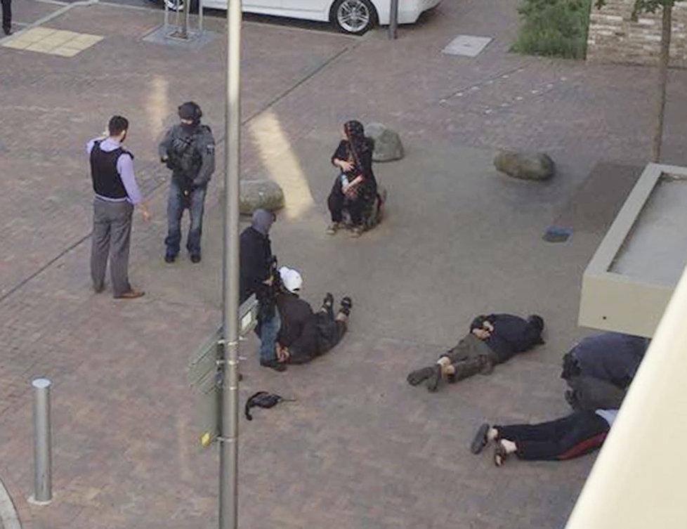 Policie zatkla při zátahu 12 podezřelých osob