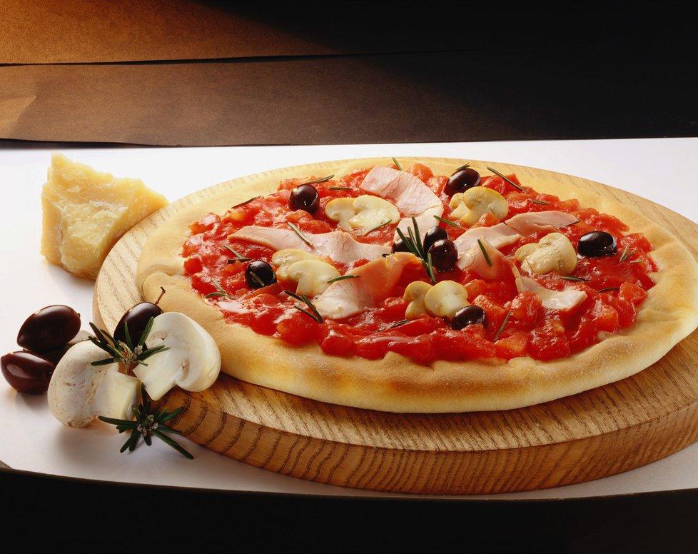 Původně to byla placka chudých, stala se ale celosvětovým fenoménem. Letos to je 60 let, co byla pizza poprvé prodána jako mražený polotovar.