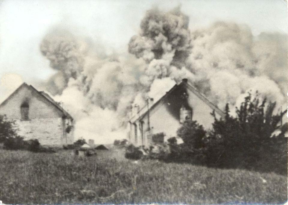 Všechny domy byly polity benzinem a zapáleny.
