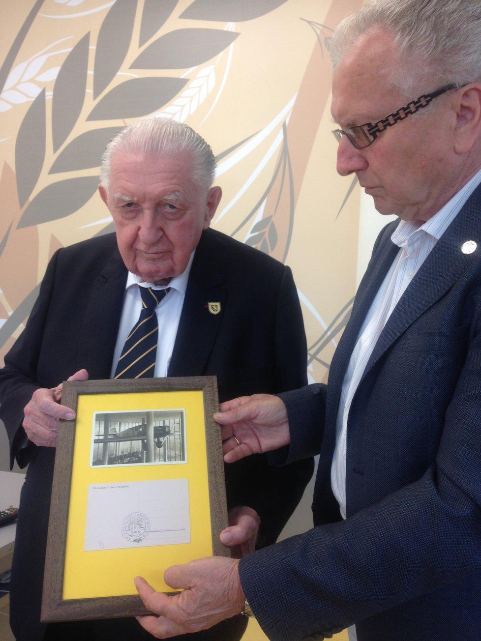 První foto Františka Čuby po operaci. Na veřejnosti se dosud neobjevil, zúčastnil se pouze soukromého setkání se stranickým šéfem Janem Velebou (SPO), který je zároveň předsedou senátorského klubu, do kterého Čuba patří.