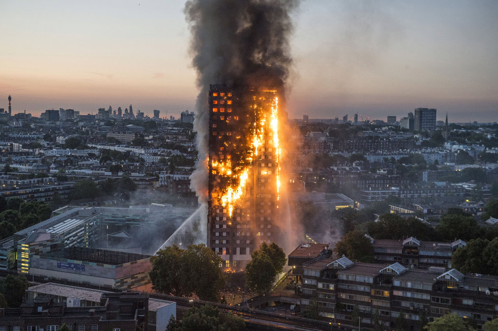 Tragédii dle všeho zažehl zkrat lednice ve druhém patře, odkud se požár rozšířil do dalších partají.