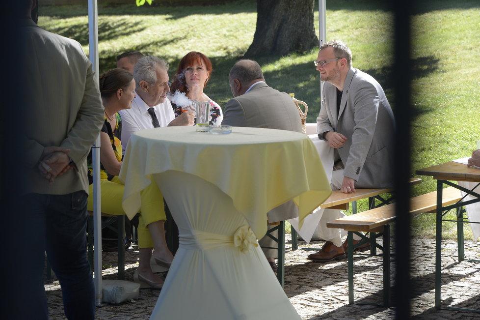 Expremiér Nečas u stolu s manželkou Janou, prezidentem Zemanem a šéfkou ERÚ Alenou Vitáskovou