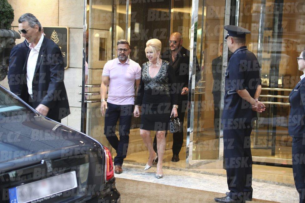 Ivana Trump zamířila na večeři do Bellevue: Společnost jí dělal návrhář Osmany Laffita.
