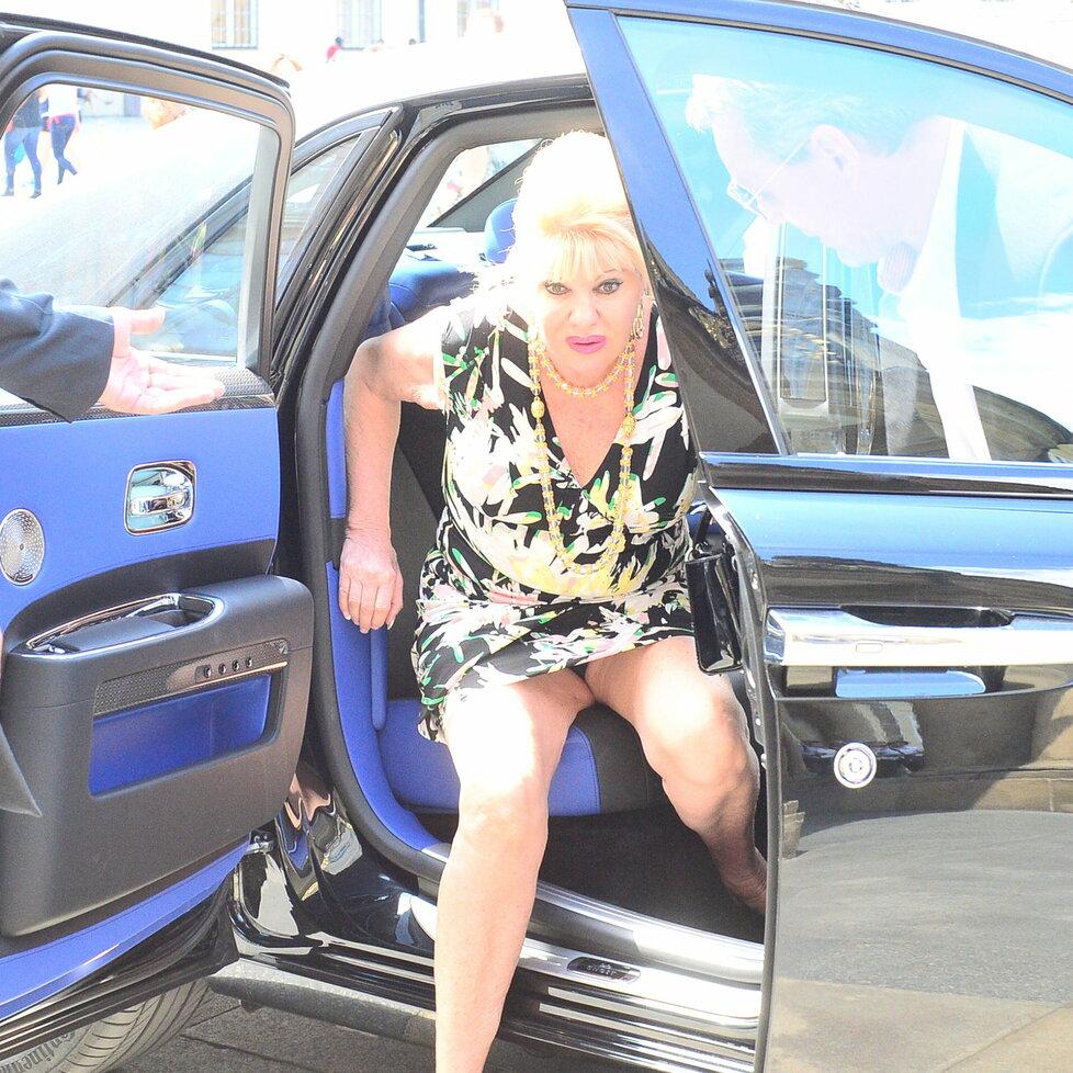 Ivana Trump měla při vystupování z auta velké problémy.
